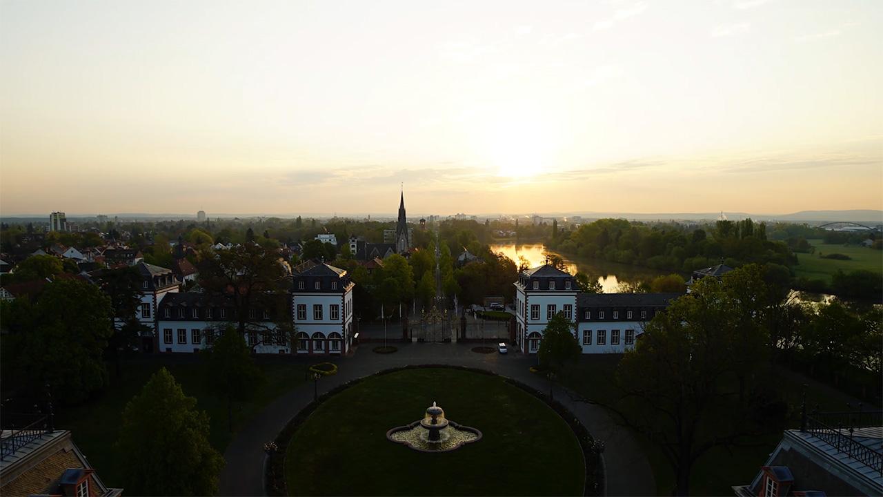 Das Schloss Philippsruhe bei Sonnenaufgang