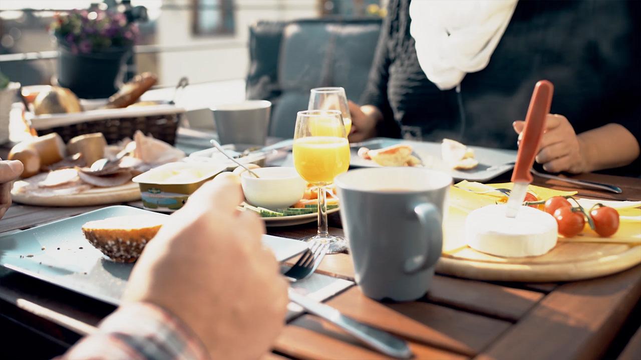 Familie beim Frühstück in ihrer Wohnung